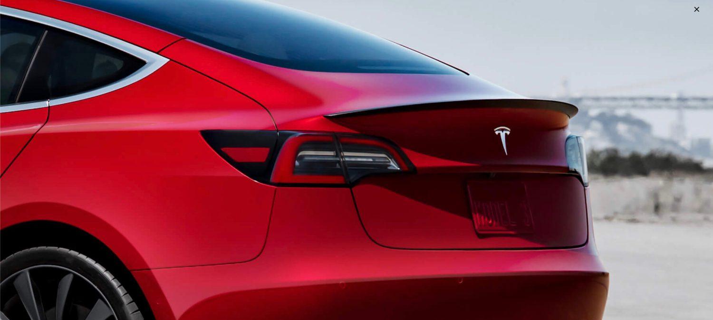 Pohlad na zadnu cast Tesla Model 3